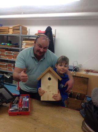 Unseren Kindern wird in der Kinder- und Familienwerkstatt der Umgang mit Werkzeugen und -stoffen beigebracht.