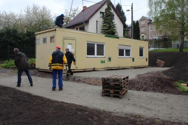 Der Verein stellt einen Container als vorübergehendes Domizil am Festplatz auf und baut ihn aus.
