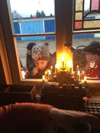 """neugierige Kinderblicke in den weihnachtlich geschmuckten """"Adventsbahnhof"""""""