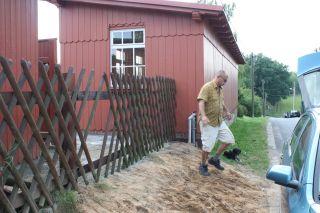 Die Mitglieder erneuern den Zaun am Haltepunkt.