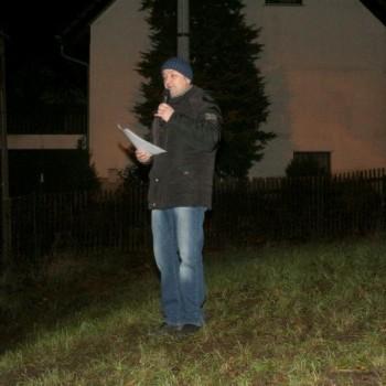 Ortsvorsteher Thomas Käfer erklärt den Bau der Pyramide