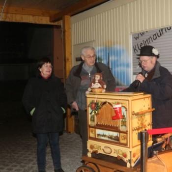 Drehorgelspieler Herr Nestler stimmt Weihnachtslieder an