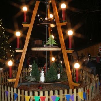 Fertiggestellt erstrahlt die Kleinnaundorfer Pyramide im weihnachtlichen Lichterglanz.