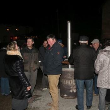 Besucher im Gespräch bei Glühwein und Bratwurst