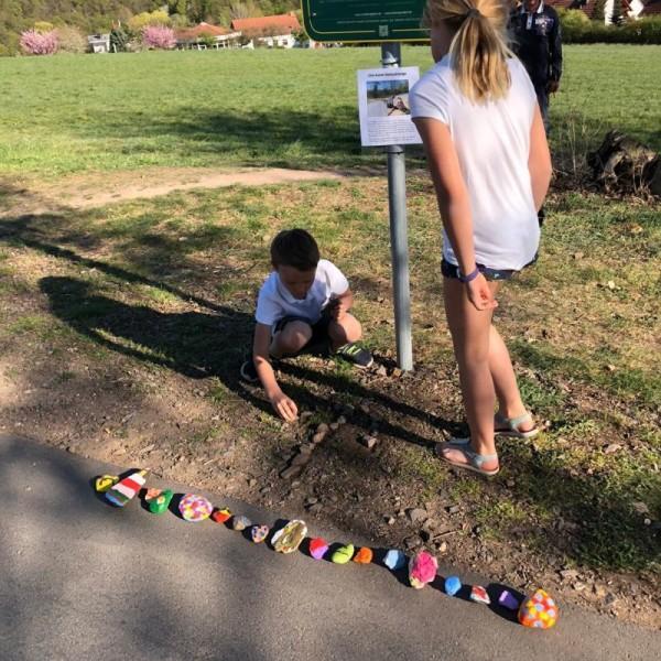Grundschüler legen die ersten 32 Steine ab.