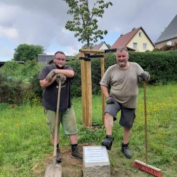 Robert und Harri Böttcher nach der Verlegung des Gedenksteins