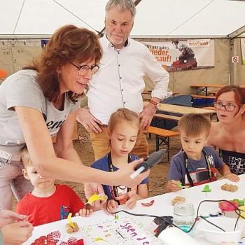 OB Uwe Rumberg schaut bei den Kindern vornei