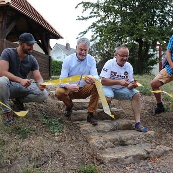 Vertreter der Firma Hartlepp, OB, Ortsvortseher und Wanderwegewart geben die Wanderhütte frei