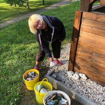 Gut sichtbar verteilt Sonnhild Kurze die Steine um die Wanderhütte