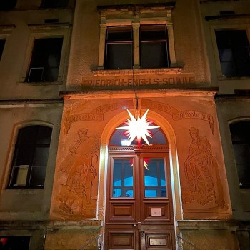 Bereits einige Tage vorher leuchtet der Adventsstern über den Portal der Schule!