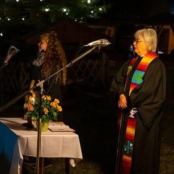 Pfarrerin i.R. Bellmann hält die Ansprache zur Kirchweihe.