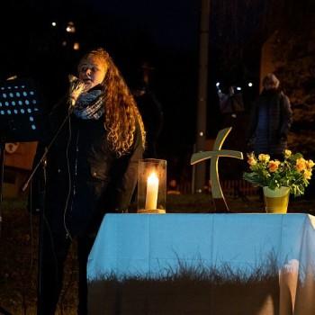 Die Solistin Hanna Kästner sorgt für mit ihren Liedern für Feierlichkeit.